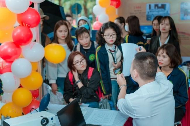 Các doanh nghiệp trực tiếp tư vấn tuyển dụng tại Ngày hội việc làm