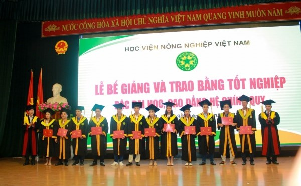 Lãnh đạo Học viện, lãnh đạo các Khoa trao bằng tốt nghiệp đại học cho các tân kỹ sư/ cử nhân/bác sỹ thú y