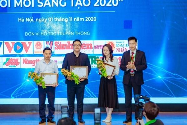 TS. Nguyễn Tất Thắng - Chủ tịch Công đoàn Học viện, Trưởng ban CTCT&CTSV, Trưởng ban Tổ chức cuộc thi tặng hoa và trao chứng nhận cho các nhà tài trợ