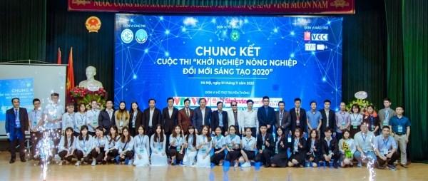 Quý vị đại biểu và thành viên các đội dự thi chụp ảnh lưu niệm