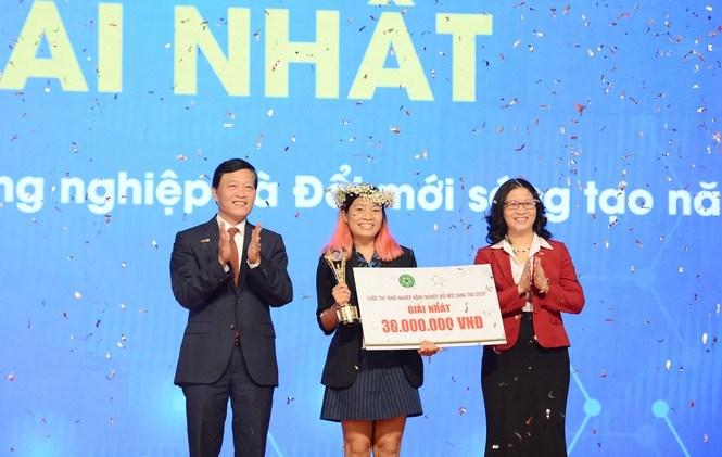 Thứ trưởng Bộ Khoa học và Công nghệ Trần Văn Tùng và Giám đốc Học viện Nông nghiệp Việt Nam Nguyễn Thị Lan trao phần thưởng cho đội giải Nhất.