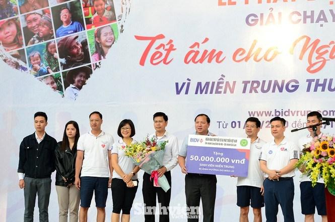 Tại chương trình, Ngân hàng BIDV chi nhánh Long Biên trích 50 triệu đồng dành tặng sinh viên miền Trung bị ảnh hưởng bởi lũ lụt đang theo học tại Học viện Nông nghiệp Việt Nam.