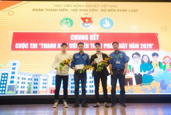 ThS. Nguyễn Trường Thành – Phó Bí thư Đoàn Thanh niên trao giải cổ động nhiệt tình cho các đội