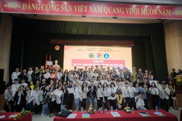 Ban Tổ chức cuộc thi chụp ảnh lưu niệm với các đội tham gia đêm chung kết