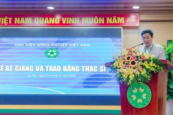 PGS.TS. Phan Xuân Hảo - Phó Trưởng ban Quản lý đào tạo công bố Quyết định của Giám đốc Học viện về việc công nhận tốt nghiệp và cấp bằng cho các tân thạc sĩ