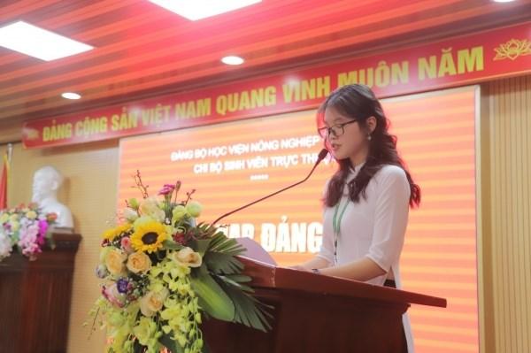 Đồng chí Hoàng Thị Thanh Mai đại diện cho 05 đảng viên mới được kết nạp phát biểu cảm tưởng sau khi được kết nạp vào Đảng Cộng sản Việt Nam