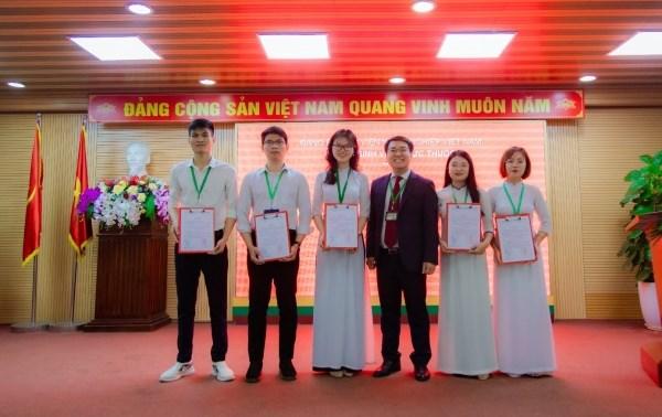 05 sinh viên ưu tú trong Lễ kết nạp đảng viên