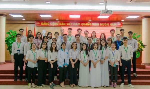 Chi bộ sinh viên trực thuộc chụp ảnh lưu niệm với các đảng viên mới
