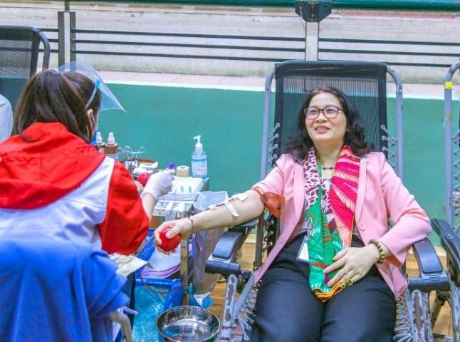 GS.TS. Nguyễn Thị Lan – Bí thư Đảng ủy, Giám đốc Học viện trực tiếp hiến máu tại ngày hội hiến máu toàn trường năm 2020