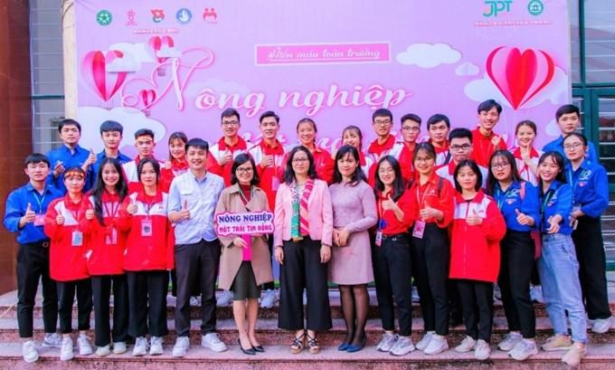 GS.TS. Nguyễn Thị Lan – Bí thư Đảng ủy, Giám đốc Học viện chụp ảnh lưu niệm với Ban Tổ chức ngày hội và các tình nguyện viên tham gia hỗ trợ ngày hội hiến máu toàn trường