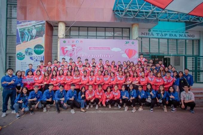 Các tình nguyện viên tham gia hỗ trợ ngày hội hiến máu toàn trường năm 2020