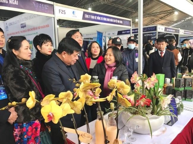 Bộ trưởng Bộ Kế hoạch và Đầu tư Nguyễn Chí Dũng tham quan gian hàng của Học viện Nông nghiệp Việt Nam
