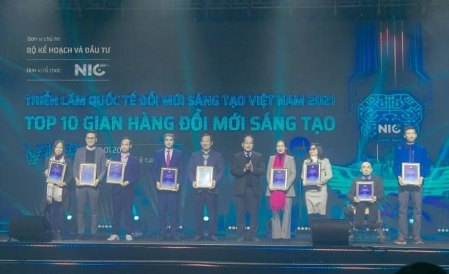 Phó Giám đốc phụ trách Trung tâm Đổi mới Sáng tạo Quốc gia Vũ Quốc Huy trao chứng nhận cho top 10 gian hàng đổi mới sáng tạo