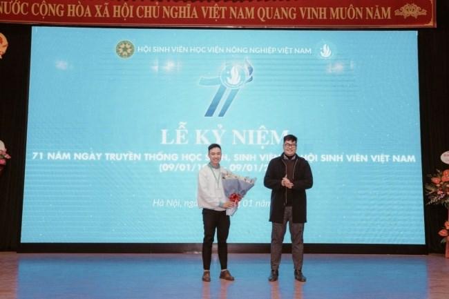 Đ/c Nguyễn Mạnh Duy – Phó Chánh văn phòng Hội Sinh viên Thành phố Hà Nội tặng hoa chúc mừng Hội Sinh viên Học viện