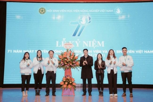 Đại diện cán bộ Hội Sinh viên Học viện qua các thời kỳ tặng hoa chúc mừng Hội Sinh viên Học viện