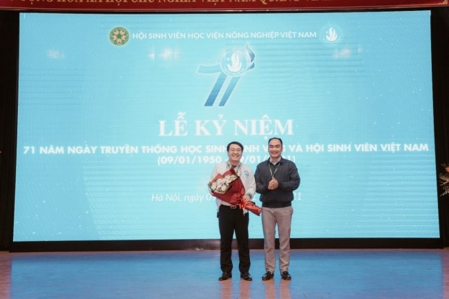 TS. Dương Thành Huân - TS. Dương Thành Huân – Phó Trưởng Ban Công tác chính trị và Công tác sinh viên tặng hoa chúc mừng Hội Sinh viên Học viện