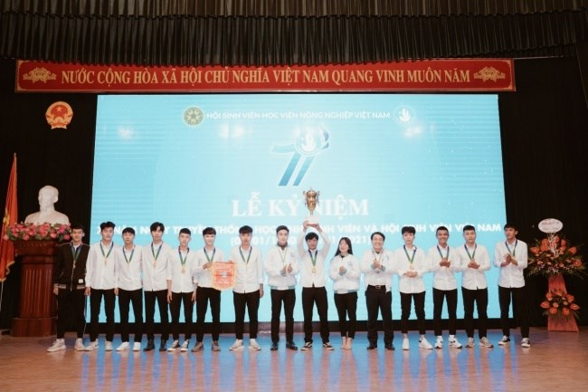 Trao cúp vô địch Giải bóng đá nam Tân sinh viên truyền thống VFC 2020
