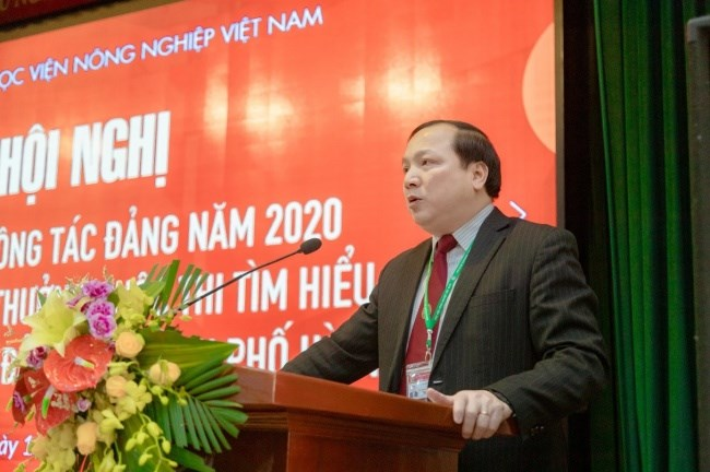 Đồng chí Vũ Ngọc Huyên - Phó Bí thư thường trực Đảng ủy trình bày báo cáo tổng kết một số kết quả công tác Đảng năm 2020 và quán triệt, triển khai nhiệm vụ năm 2021