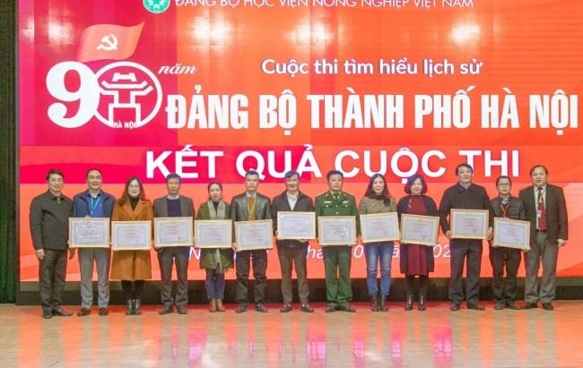 Đồng chí Vũ Ngọc Huyên và đồng chí Phạm Bảo Dương trao giấy khen cho 11 tập thể…