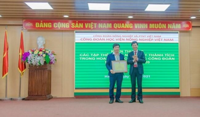 PGS.TS. Kim Văn Vạn - Đoàn viên công đoàn khoa Thủy sản nhận Bằng khen toàn diện của Tổng Liên đoàn