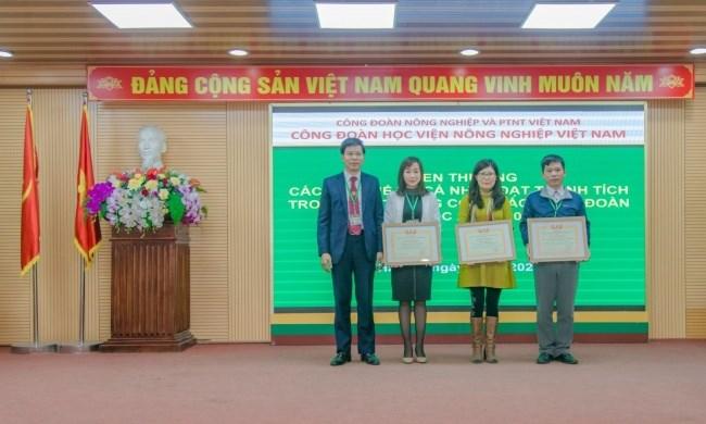 03 tập thể công đoàn bộ phận Trạm y tế, khoa Kinh tế và PTNT, khoa Giáo dục quốc phòng vinh dự nhận Bằng khen toàn diện của Công đoàn Nông nghiệp và PTNT Việt Nam