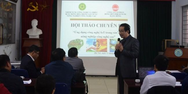 Lãnh đạo Công ty cổ phần Bóng đèn phích nước Rạng Đông phát biểu và giới thiệu một số thành tựu của công ty