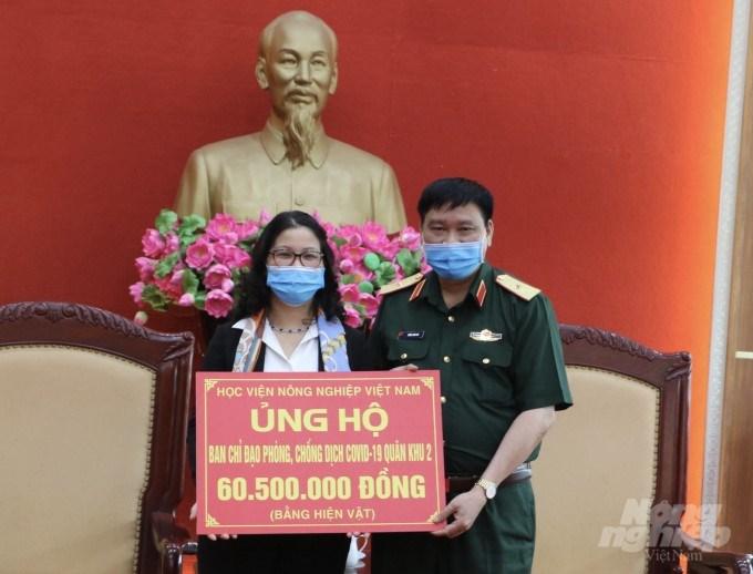 GS.TS. Nguyễn Thị Lan – Bí thư Đảng ủy, Giám đốc Học viện trao tặng cán bộ, chiến sĩ bộ đội Quân khu 2 gồm 2.500 chai xịt kháng khuẩn và khẩu trang y tế