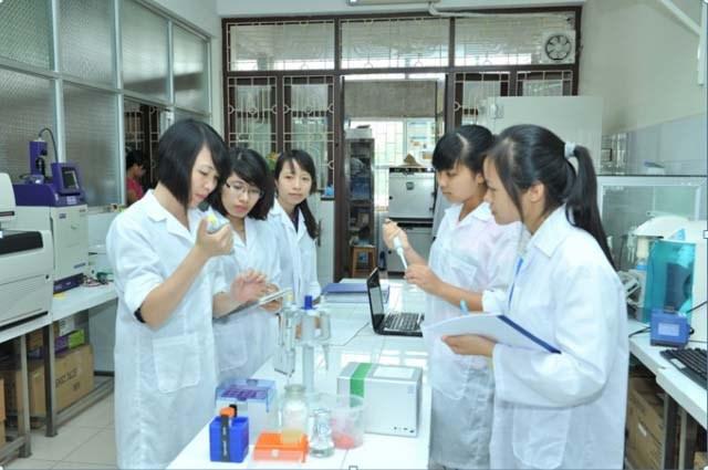 PGS. TS Trần Thị Định hướng dẫn sinh viên nghiên cứu khoa học trong phòng thí nghiệm
