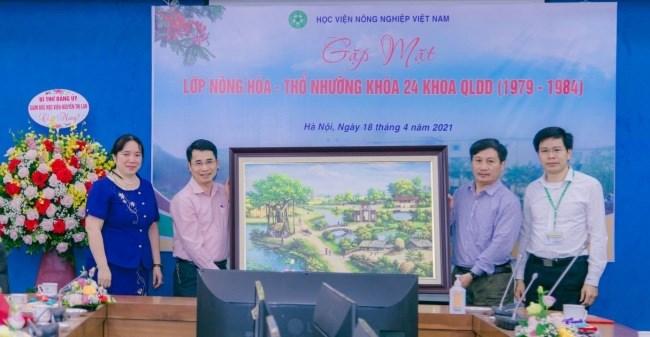Đại diện lớp Nông hóa - Thổ nhưỡng khóa 24 tặng quà tri ân Học viện