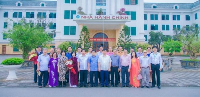 Cựu sinh viên lớp Nông hóa - Thổ nhưỡng khóa 24 chụp ảnh lưu niệm tại Nhà Hành chính