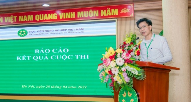 TS. Nguyễn Tất Thắng - Chủ tịch Công đoàn Học viện, Trưởng ban CTCT&CTSV trình bày báo cáo kết quả cuộc thi
