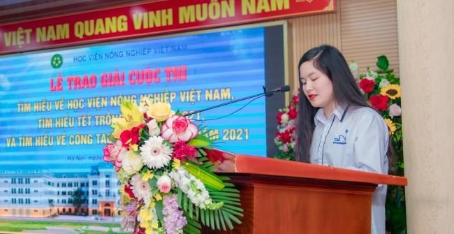 Em Nguyễn Thị Hồng Thơm - Học sinh lớp 12 Sử, Trường THPT Chuyên Bắc Ninh phát biểu tại buổi lễ