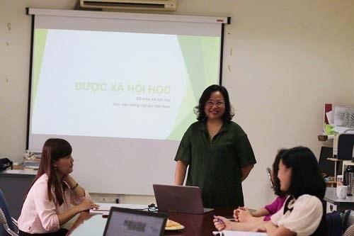 PGS TS Nguyễn Thị Diễn trình bày nội dung môn Dược xã hội học
