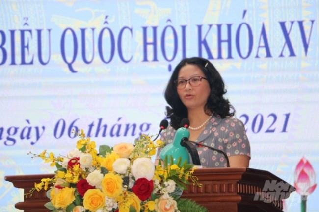 Bà Nguyễn Thị Lan trả lời cử tri. Ảnh: HG