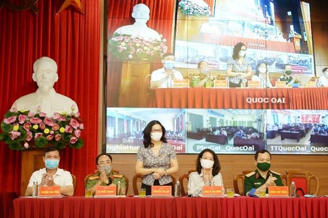 GS.TS.NGƯT Nguyễn Thị Lan (thứ 3, từ phải qua) trong buổi tiếp xúc cử tri huyện Quốc Oai ngày 6/5