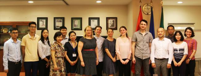 Nhóm dự án VIBE của khoa Tài nguyên và Môi trường và lãnh đạo Đại sứ quán Ailen trong buổi ký kết hợp tác đào tạo và nghiên cứu