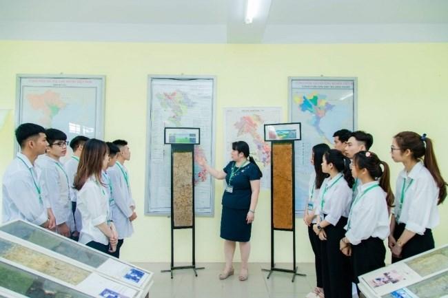 Sinh viên học về đất Việt Nam tại bảo tàng Đất - Đá khoa Tài nguyên và Môi trường
