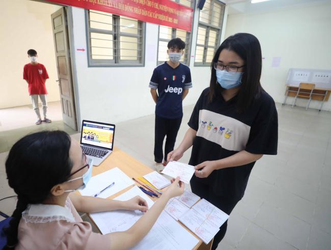 Sinh viên Học viện nhận thẻ cử tri tại các điểm bỏ phiếu