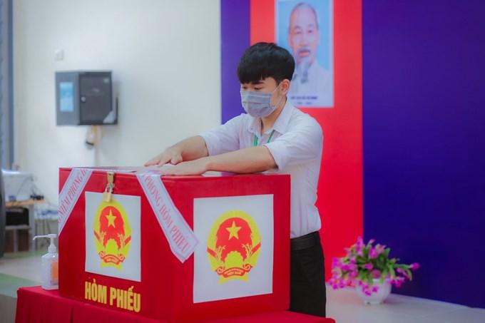 Niêm phong hòm phiếu trước sự chứng kiến của lãnh đạo UBND  thị trấn Trâu Quỳ, lãnh đạo Học viện, thành viên tổ bầu cử và cử tri
