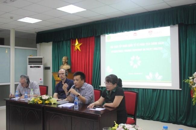 PGS. TS. Nguyễn Phượng Lê (Trưởng bộ môn KTNN và Chính sách – trái) Toạ đàm với các chuyên gia
