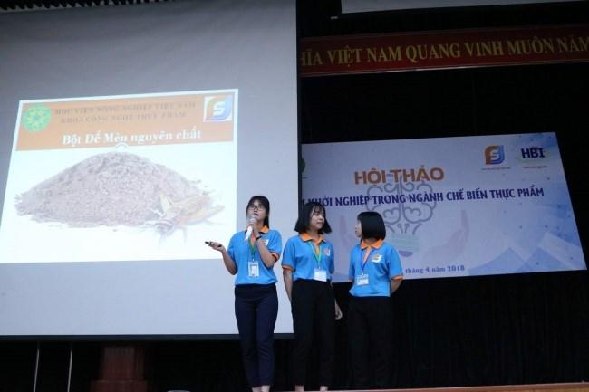 Thanh Mai (cầm míc bên trái) cùng 2 thành viên dự án trình bày Đề tài Khởi nghiệp trong Hội thi Khởi nghiệp (năm 2018)