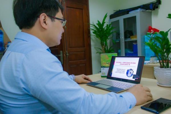 Giảng viên Học viện Nông nghiệp Việt Nam giảng dạy trực tuyến ứng phó với đại dịch COVID-19