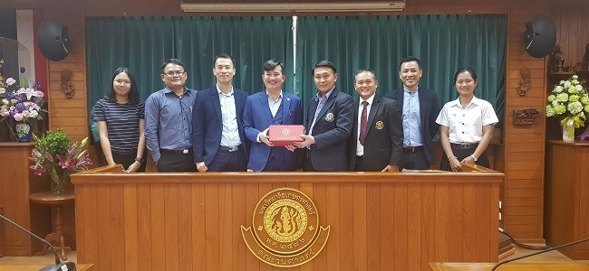 Assoc.Prof.Dr. Tran Trong Phuong presents souvenirs to representatives of the Faculty of Forestry, Kasetsart University, Thailand
