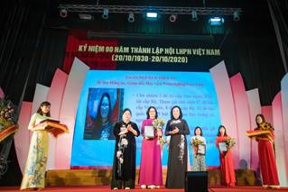 Giám đốc Học viện Nông nghiệp Việt Nam nhận bằng khen Phụ nữ Thủ đô tiêu biểu